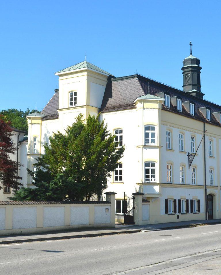 Katharinenburg Neuoetting Hochformat Standbild